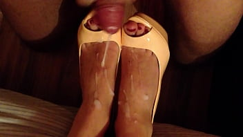 Shoejob and cum on high heels 2分钟