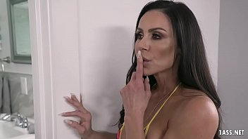 Incredibly Sexy MILF Kendra Lust can't stop her hormones rampaging that young dick