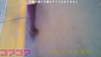 [逆さ撮り]JRのJのK股の間に長時間差し込んで純白パンチラ