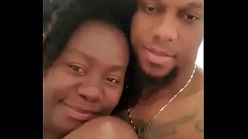 Mulher negra de férias em São Tomé trai marido Branco com jovem negro