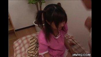中学生アイドルが汗臭いチンポを慣れない手つきで必死に舐めるの美少女動画