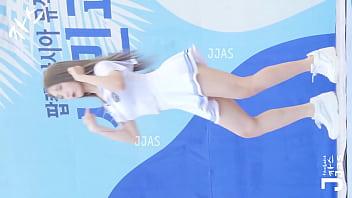 公众号【是小喵啦】美女运动风制服户外走光热舞不停