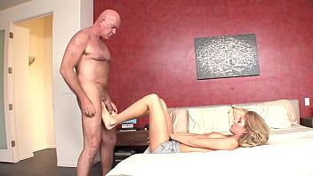 hard up stepfather fucks sexy stepdaughter 23分钟