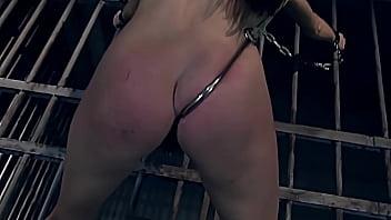 肮脏的警察性奴隶系列。 完美的妓女。 第2部分。美丽的妓女绝对服从她的主人。  美丽的豹纹who妓sha铐在监狱牢房里,与她的屁股共舞。 她很高兴能他妈的,并准备接受奴隶训练。 她爱BDSM。
