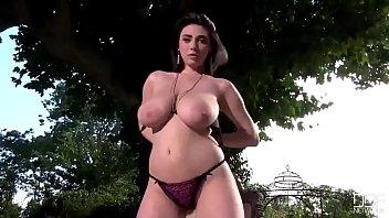 Romanca Cu Tate Mari Se Masturbeaza Live In Parc