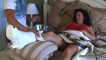 Margo Sullivan - Mom breaks her foot Porno indir
