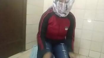 Arabian Muslim Mom العربية الجنس أمي Masturbates Squirting Pussy On Live Webcam Instead Of Praying