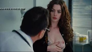 anne Hathaway show breast 9秒