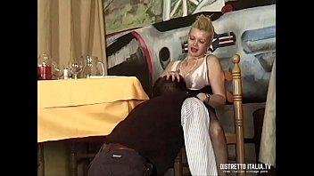Mentre il marito è al bagno la troia della moglie si fa inculare dal cameriere 19分钟
