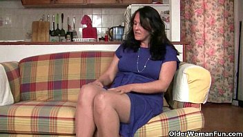 Collant sexy British granny works her pantyhosed old pussy