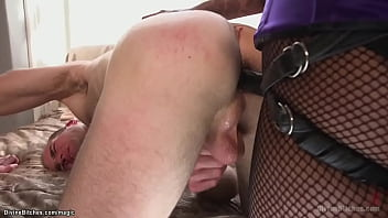 White slave takes pegging from ebony