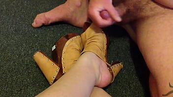 Shoejob thumbs - Heel cumblast