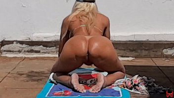 hot blonde runs off when she sees the neighbor filming her naked in the yard