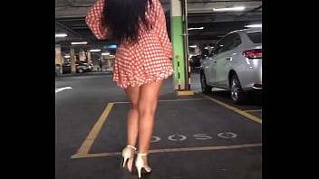 Hotwife gostosa se exibe no estacionamento do shopping para o corno, caminhando de mini saia no estilo catwalk