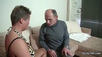 Opa will es nochmal wissen und bittet geile MILF um Fick