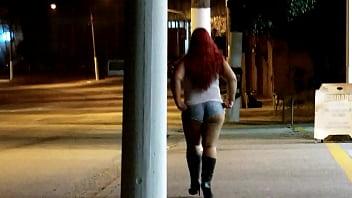 A noite de shortinho curto se exibindo no posto de gasolina