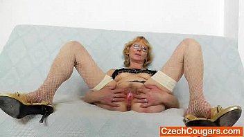 Blondie mother gapes and fucks her fuck hole Vorschaubild