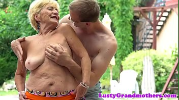 Euro granny with bigtits gets fucked outdoors 6分钟