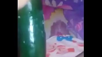 Mujer salvadore&ntilde_a metiendose un pepino