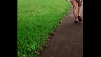 Nalgona hermosa caminando con shortcito y su pendejo esposo a un lado