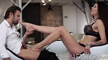 Beautiful girlfriend gets her feet sucked on before fucking