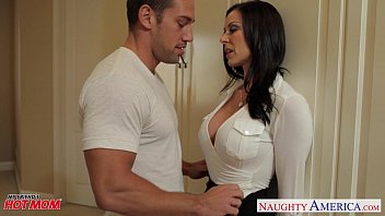 Image: Chesty mom Kendra Lust gets facial