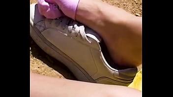 女朋友透露她汗淋淋的脚和滑出她臭的运动鞋,鞋玩臭袜子脚