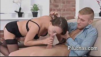 hombre lame su panocha a latina   ella disfruta del oral y  la pone cachonda para tener sexo fuerte