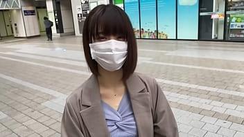 娇小的日本女,有着紧密的热情。她有洁净的无毛美丽的小妞。口交和性。第1部分