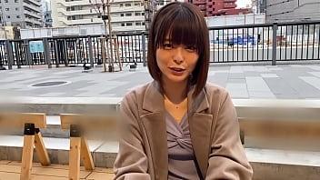 娇小的日本女,有着紧密的热情。她有洁净的无毛美丽的小妞。口交和性。第1部分 16分钟