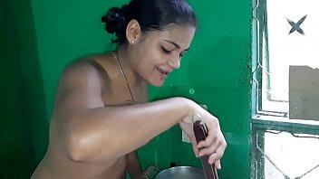 Tigresa safada cozinhando pelada e convida vocês para almoçar com ela batendo na buceta 11分钟