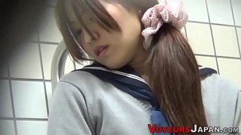 中学生アイドルが上着からちっぱい丸出し状態で生チンポにメス顔で喘ぐの校生系動画