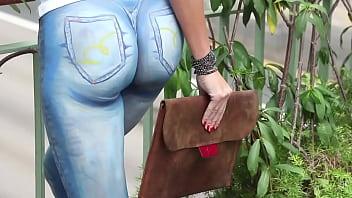 คลิปฝรั่งนางแบบสาวฝรั่งหุ่นเอ็กซ์เธอเปลือยท่อนล่างเดินโชว์ทั่วเมือง