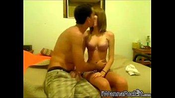 Jeune couple au lit