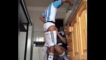 Gay football changeroom Novinho mamando o pirocudo depois do futebol