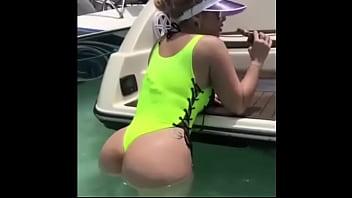 En bikini de Mi mama es toda una milf bien buenota en bikini