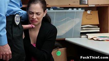 الشرطي بوبي يمارس الجنس مع امرأة سمراء منحرفة