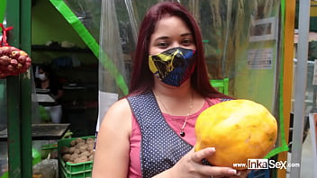Katy Sex hermosa venezolana vende su rica fruta y es sometida por peruano 14分钟