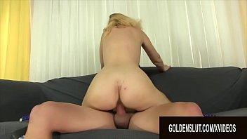 Blondina adora sa faca xxx pe la spate cu andrei