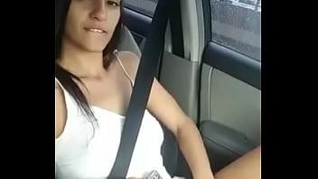 Namorada se masturbando no carro