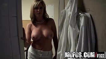 Milf boss (Jodi West) fucks her busboy - MOFOS 12分钟