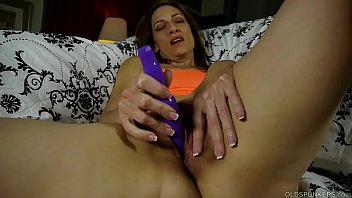 Kinky old spunker talks dirty and fucks her juicy pussy Vorschaubild