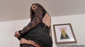 Canadian milf Brandii shares her masturbation skills with you