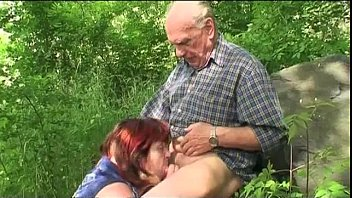 barbatului batran i se suge pula de cumnata sexoasa