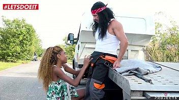 Hot Ebony Teen Fucks the Mechanic for Free Car Repair (Luna Corazon) Vorschaubild
