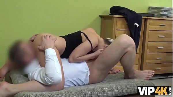 VIP4K. Schmutziges Pornocasting bei einer Leihagentur gibt versauten Girls die Chance