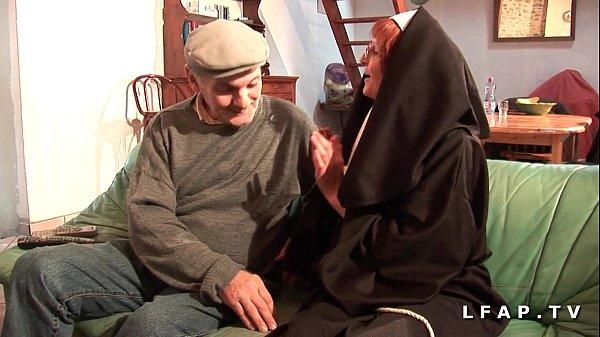 Une vieille nonne baisee et sodomisee par Papy et son pote