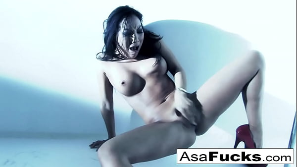Amazing Asa plays with her pussy