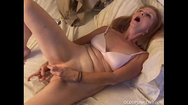 Gorgeous mature amateur has an orgasm