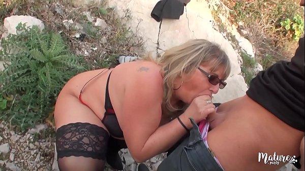 Isabelle mature salope adore la bite de petit j...